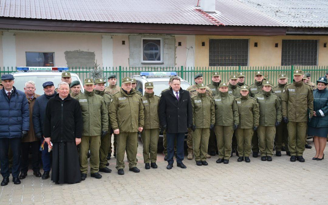 Placówka Straży Granicznej w Augustowie z trzema nowymi samochodami służbowymi