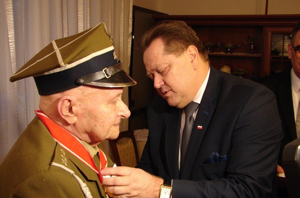Porucznik Kazimierz Chodzicki uhonorowany Krzyżem Komandorskim z Gwiazdą Orderu Odrodzenia Polski