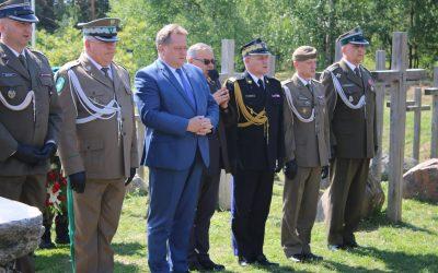 Złożenie kwiatów pod pomnikiem ofiar Obławy Augustowskiej w Gibach