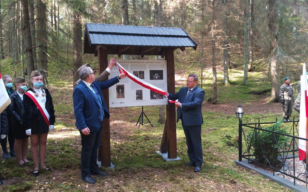 Uroczystość odsłonięcia tablicy informacyjnej w miejscu pamięci Ofiar II Wojny Światowej na terenie Nadleśnictwa Suwałki w Prudziszkach