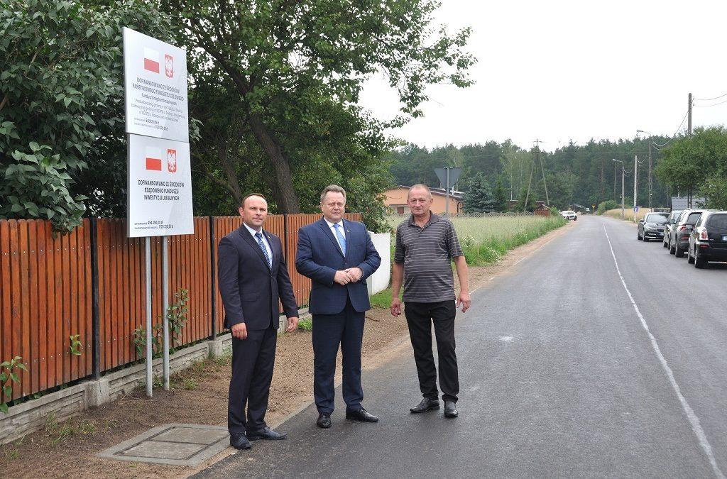 Poselska wizyta na przebudowywanej drodze w Jednaczewie (Gmina Łomża)